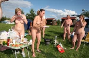 Nudist_picnic